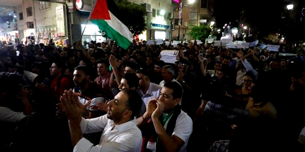 Ramallah'ta dev protesto! Filistinlilere böyle saldırdılar...