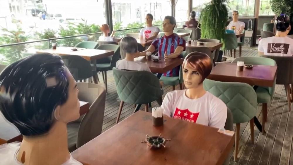 Restoranda sosyal mesafe için cansız mankenli önlem