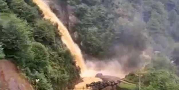 Rize'de sağanak yağış hayatı felç etti