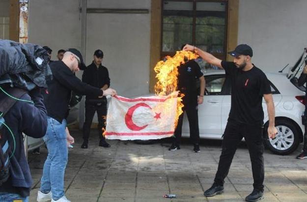 Rumlardan büyük alçaklık! KKTC bayrağını yaktılar