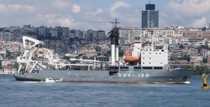 Rus askeri gemi boğazdan Türk bayrağı çekerek geçti