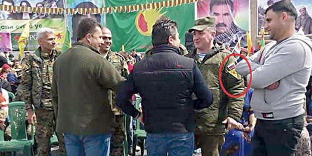 Rus askerleri, YPG bayrakları ile poz verdi