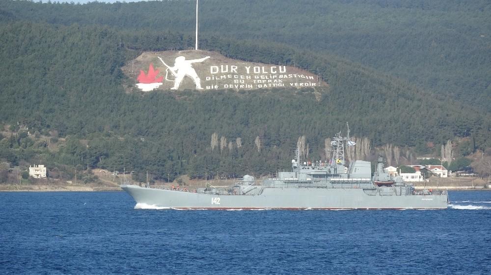 Rus savaş gemisi, 2 Türk sahil güvenlik botu refakatinde Çanakkale Boğazı'ndan geçti