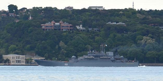 Rus savaş gemisi Türk bayrağı dalgalandırarak boğazdan geçti