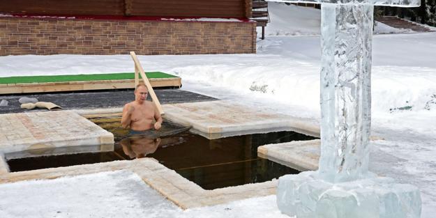 Rusya Lideri Putin dondurucu soğukta buz gibi suya girdi! İşte o anlar..