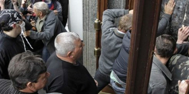 Rusya yanlıları kamu binalarına saldırdı