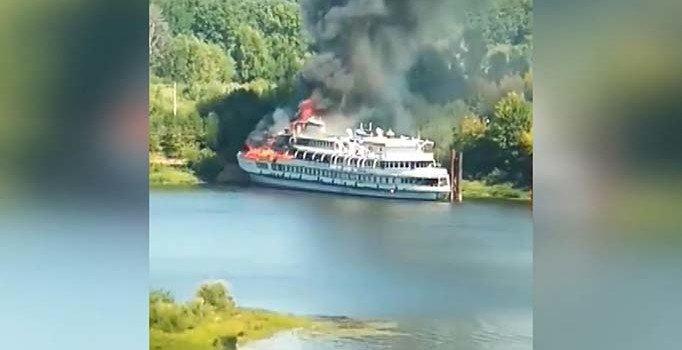 Rusya'da yolcu gemisinde yangın çıktı