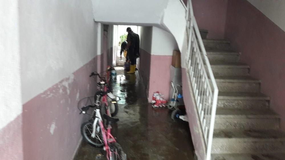 Sağanak yağış sonrası bodrum katlarını su bastı