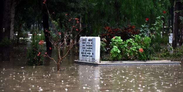 Sağanak yağış yüzünden mezarlar suyla doldu