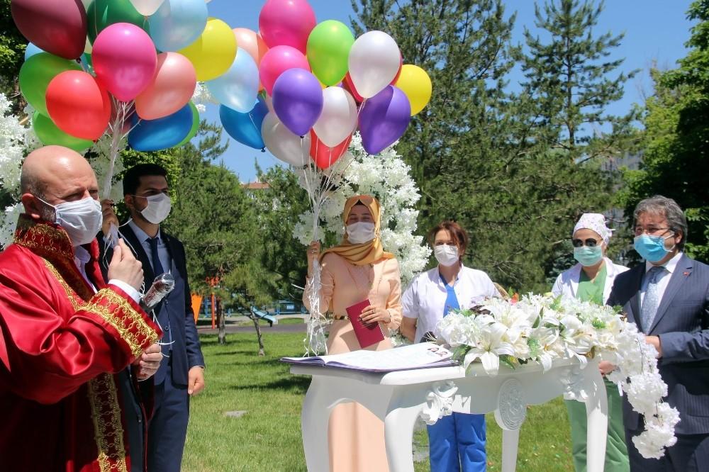 Sağlık çalışanı çiftin nikahı maske ve sosyal mesafe kurallarına uyularak kıyıldı