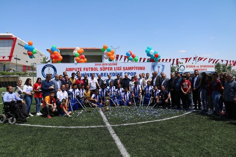 Şahinbey Ampute Futbol Takımı şampiyonluk kupasını kaldırdı