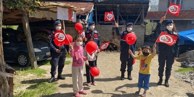 Sakarya ve Bartın'da çocuklara balon, Türk bayrağı ve hediye dağıtıldı