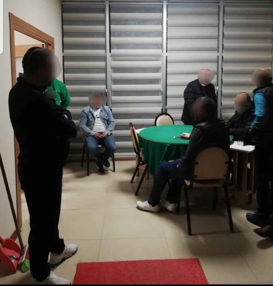 Sakarya'da boş bir evi kıraathaneye çevirip sosyal mesafeyi hiçe sayarak oyun oynadılar