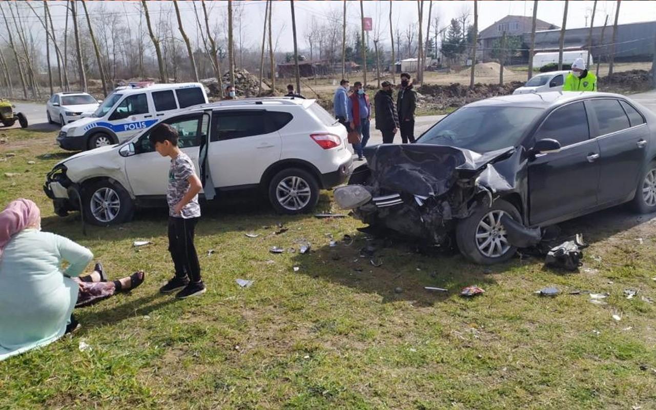 İki aracın kafa kafaya çarpıştığı kazada sürücü ve eşinin ayakları kırıldı