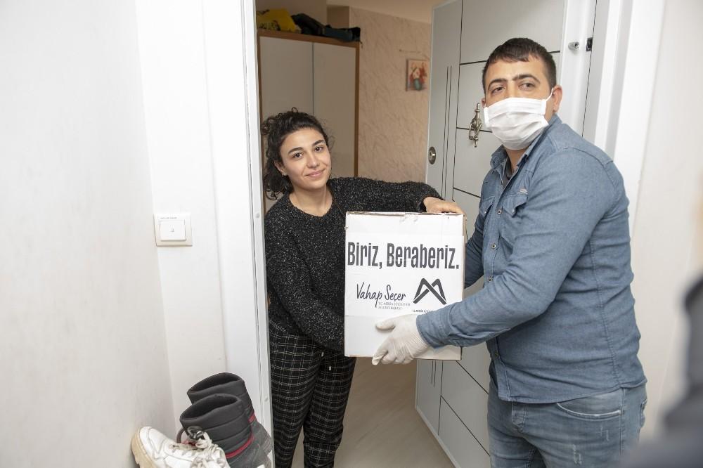 Salgın nedeniyle ülkelerine dönemeyen Azerbaycanlı öğrencilere gıda yardımı