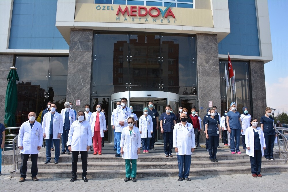 Salgında hayatını kaybeden sağlık çalışanlarına saygı duruşu