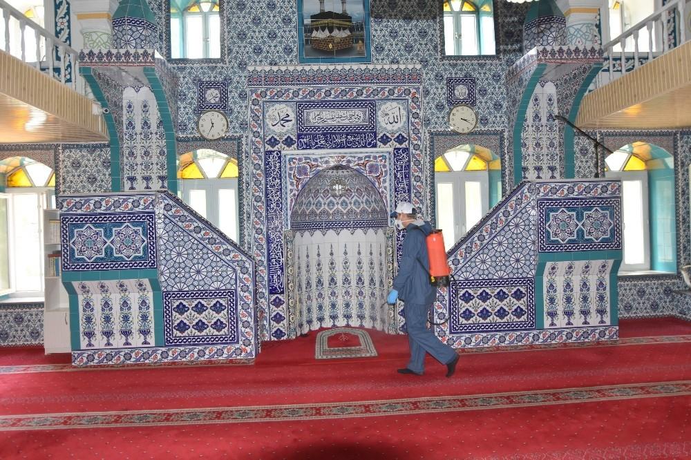 Salihli Belediyesi camileri Cuma Namazı için dezenfekte ediyor