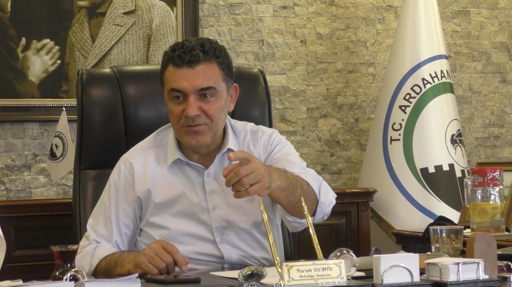 Sanatçı Başkan Demir, konser için anket başlattı