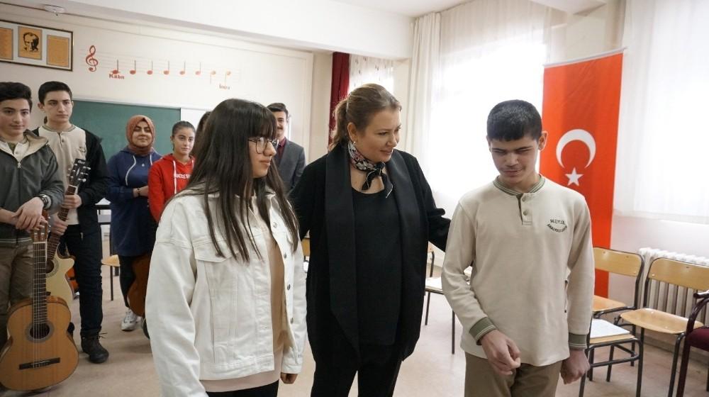 Sanatçı Hakan Altun, engelli öğrencilere org gönderdi