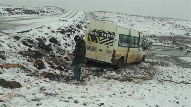 Şanlıurfa'da öğrenci servisi kar nedeniyle yoldan çıktı