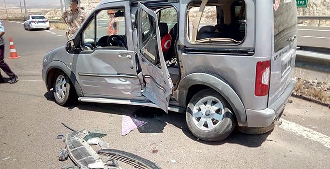Şanlıurfa'da ticari araçla otomobil çarpıştı: 3'ü çocuk 7 kişi yaralandı