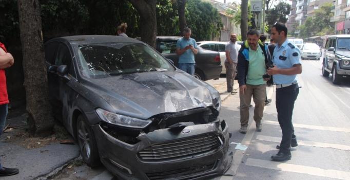Sarıyer'dearaçların işgal ettiği kaldırımı kullanamadı, minibüs çarptı