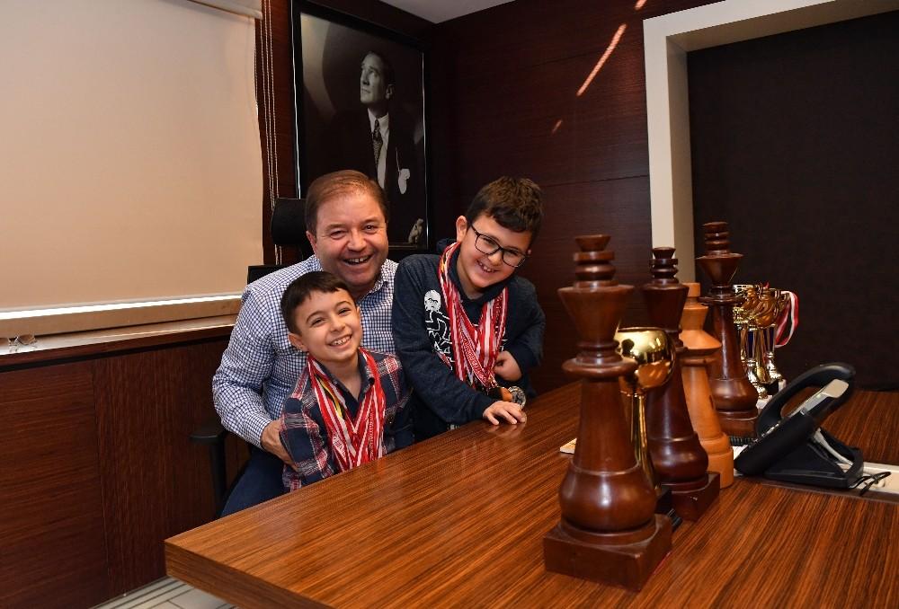 Satranç şampiyonları Başkan Ali Kılıç'ı ziyaret etti