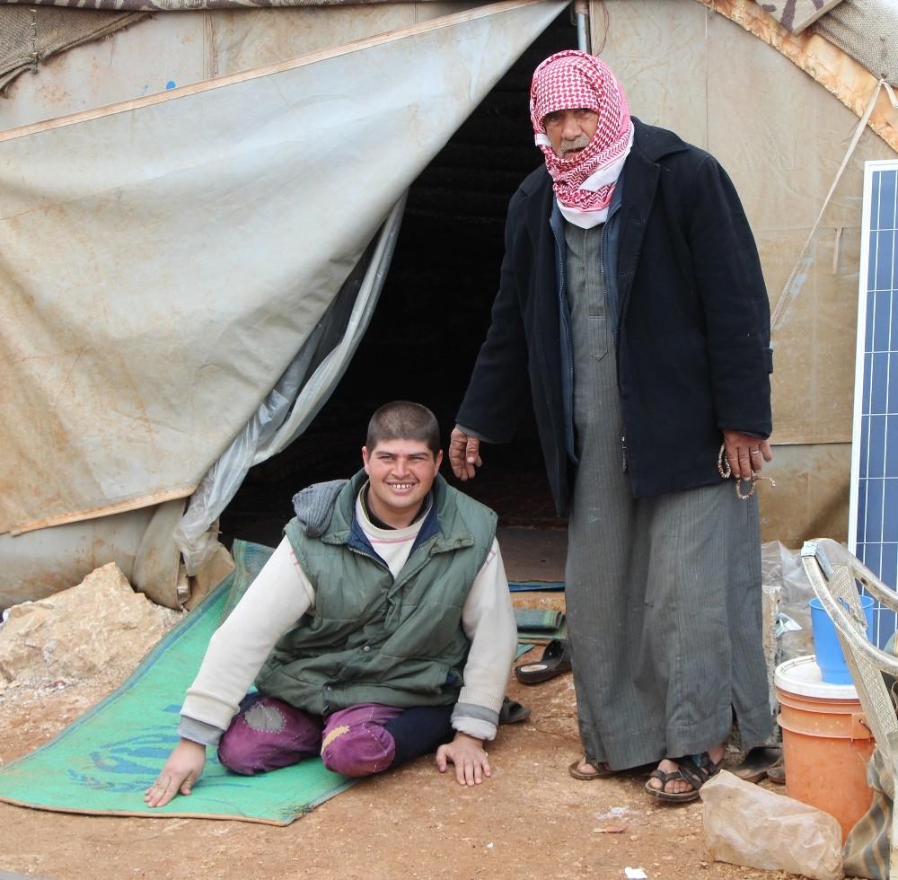 Savaş mağduru engelli Eyüp, kampta dedesinin yardımıyla hayata tutunuyor