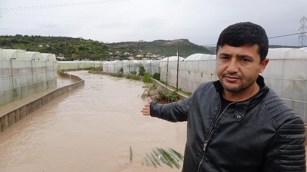 Sel yol kapattı, bahçeleri seraları sular altında bıraktı