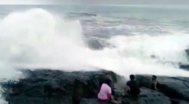 Selfie çekmek için sahile inen adam dalgalara kapıldı