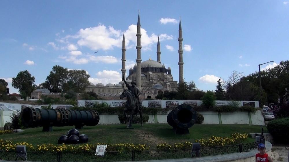 Selimiye Camisi'nde kadın-erkek girişleri ayrıldı