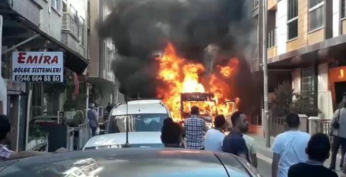 Servis minibüsü alev alev yandı