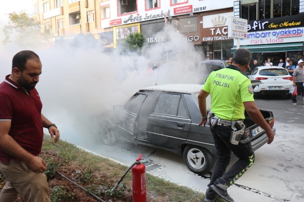 Seyir halindeki otomobil alev alev yandı