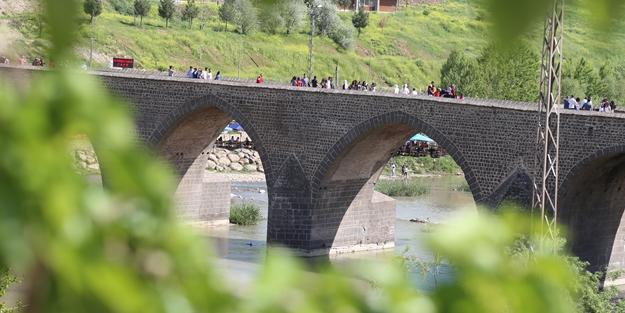 Seyrine doyulmaz bir yapı: On Gözlü Köprü
