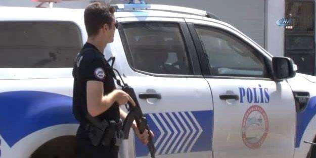 HAREKETLİ ANLAR! POLİS SALDIRGANI VURDU