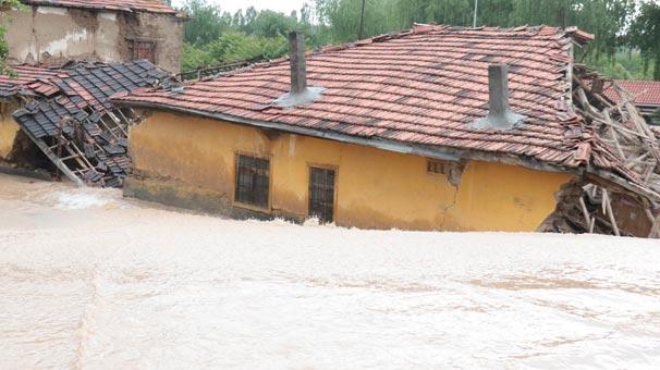 Şiddetli yağış sonrası ev bu hale geldi! İçerideki 3 kişi...