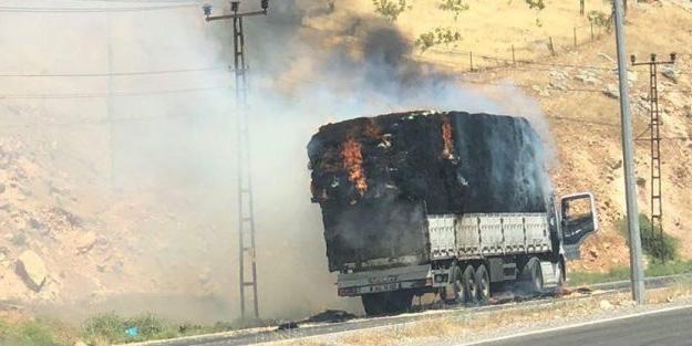 Siirt'te saman taşıyan kamyon alev alev yandı