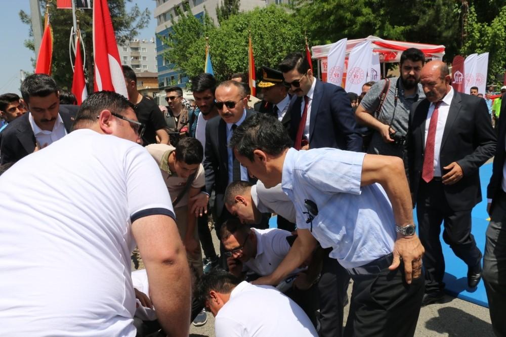Siirt'teki 19 Mayıs etkinliklerinde bayılan öğrenciye Vali Atik müdahale etti