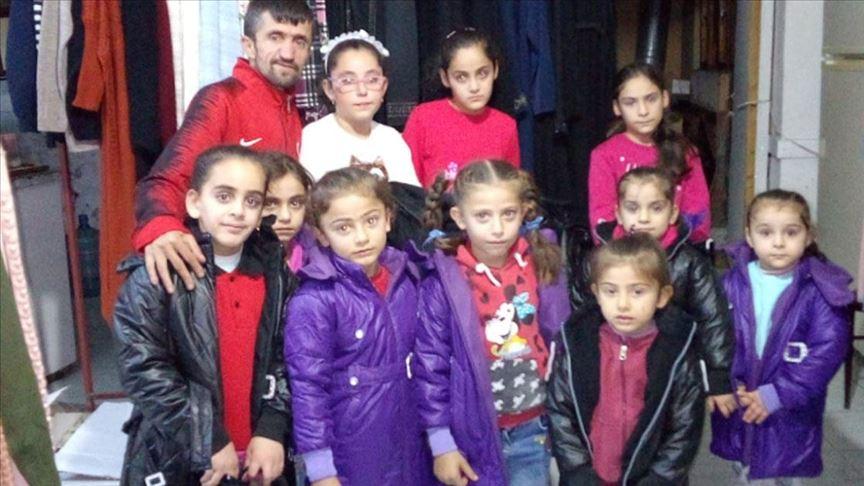 Simitçi Erkan Suriyeli yetimlere kışlık ayakkabı ve mont ulaştırdı
