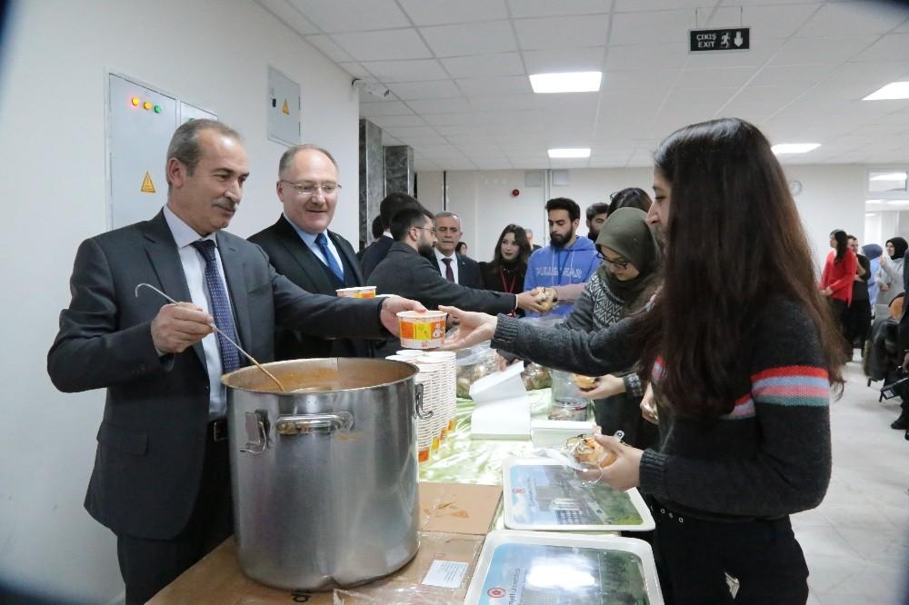 Sınavlara hazırlanan öğrencilere sıcak çorba ikramı