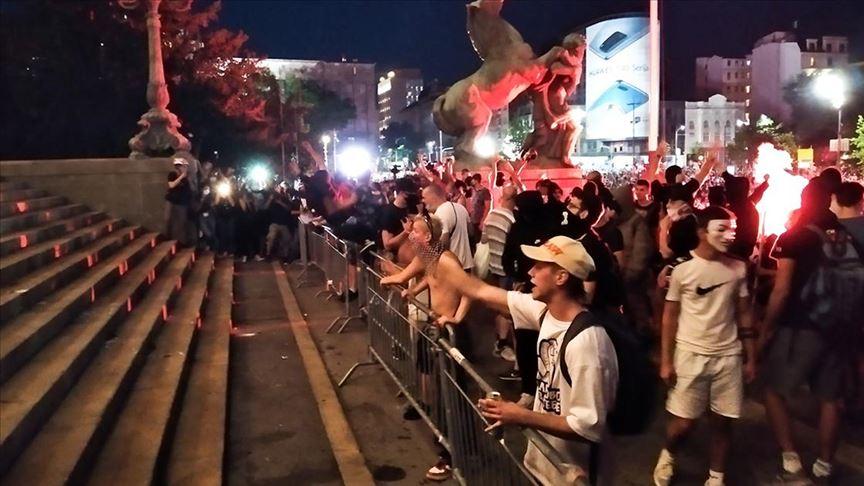 Sırbistan'da salgın tedbirlerinin tetiklediği protestolar, olaylı hükümet karşıtı gösterilere evrildi