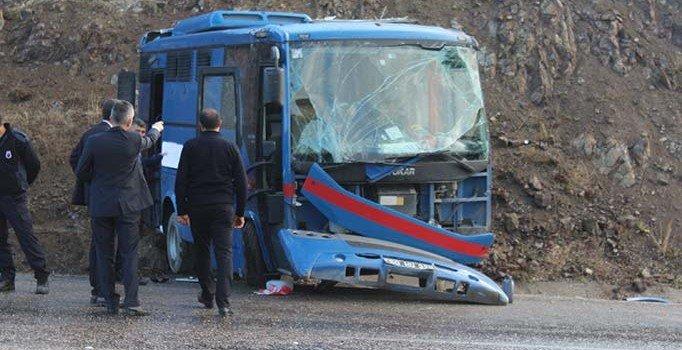 Sivas'ta mahkumları taşıyan nakil aracı devrildi: 9 yaralı