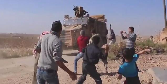Sivil görünümlü PKK'lı alçaklar Rus araçlarının geçmesini bekleyip Türk araçlarına saldırdı! Çocukları da kullandılar