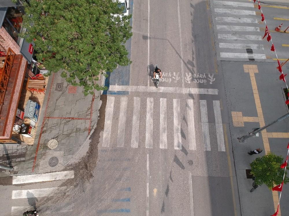 Sivil polisler kamerayla kaydedip ihbar etti, resmi polisler durdurup ceza yazdı