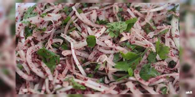 Soğan salatası nasıl yapılır? Lezzetli soğan salatası tarifi