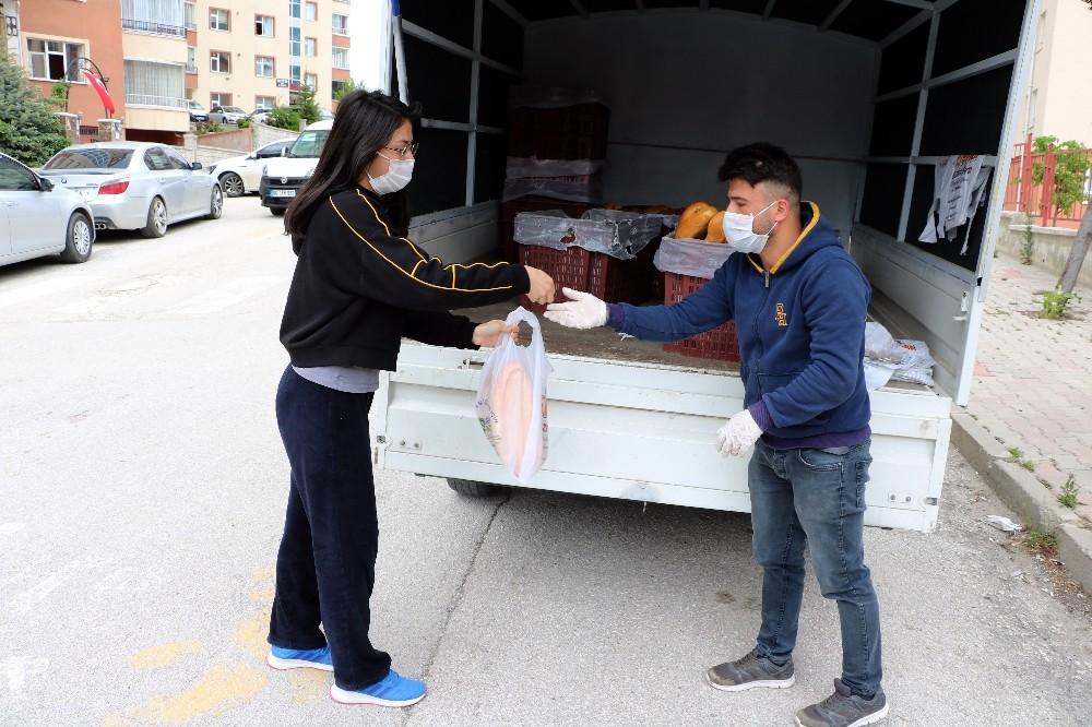 Sokağa çıkamayan vatandaşlara 'mobil ekmek aracı' ile ekmek satılıyor