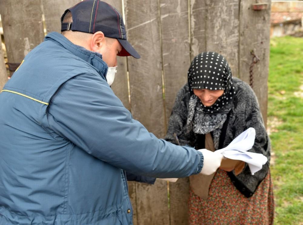 Sosyal yardımları PTT görevlileri evlere dağıtılıyor