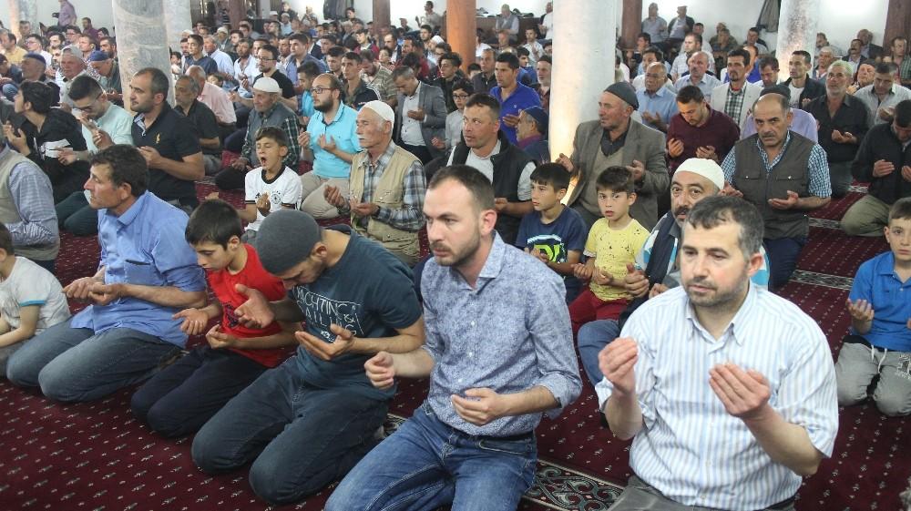 Şuhut'ta Kadir Gecesinde vatandaşlar camileri doldurdu
