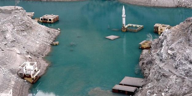 Sular çekilince köy ortaya çıktı