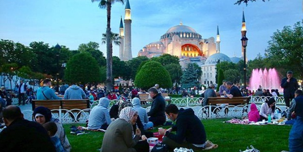 Sultanahmet'te 30 bin kişi ilk iftarını açtı